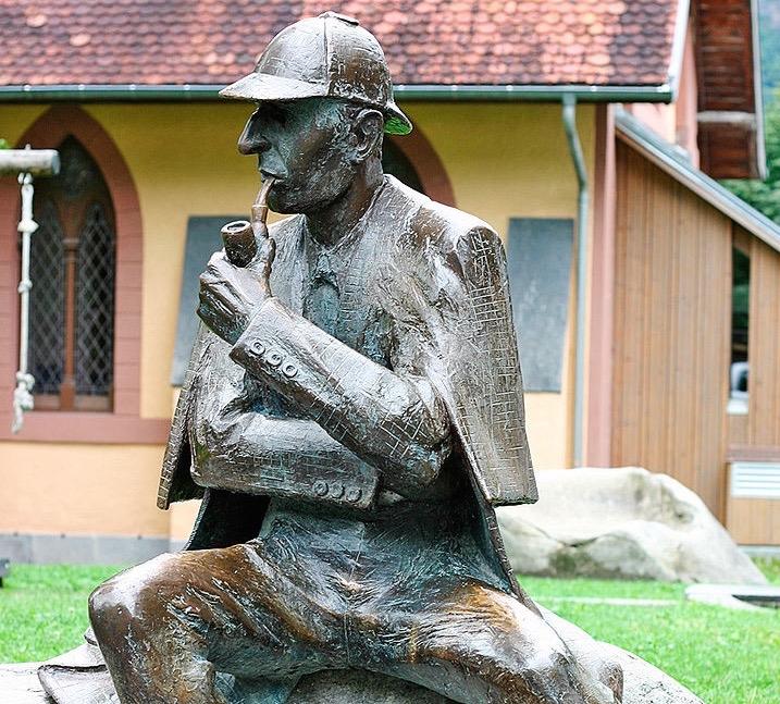 800px-sherlock_holmes_statue_at_meiringen2