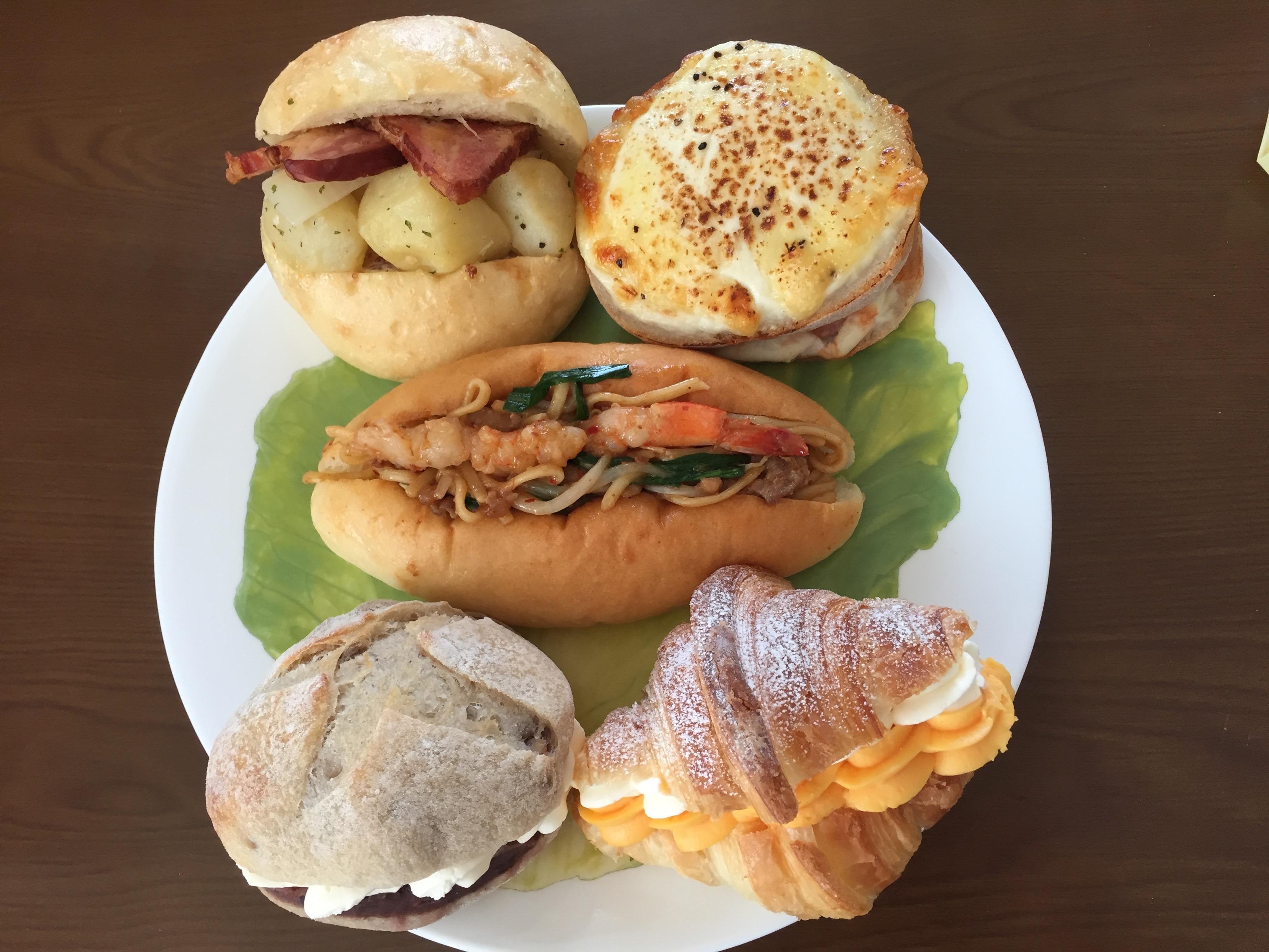 行列のできる梅田のパン屋さん「ルート271」の 焼きそばパンとおすすめパン